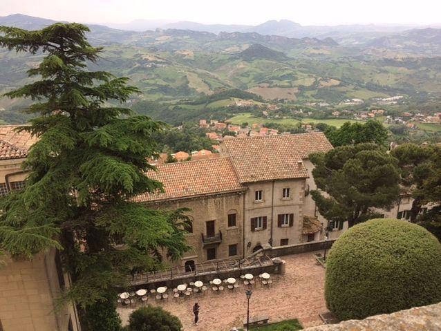 San Marinon Titano-vuorelta näkyy kauas Italian puolelle, Emilia Romagnan  kumpuilevaan maisemaan.