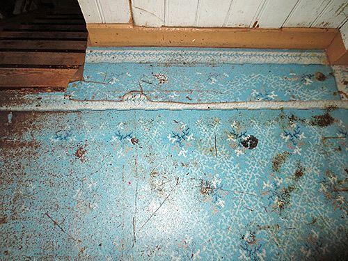 Kuvioitu linoleum oli lankkulattian rinnalla yleisin lattiamateriaali. Linoleum-mattoa vuodelta 1915.