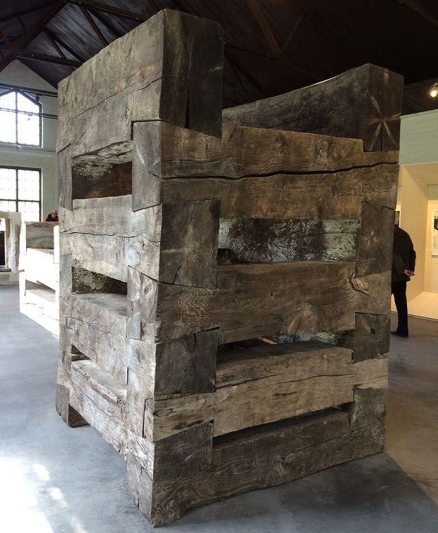 Norjalainen kuvanveistäjä Knut Wold on saanut hirsiteoksiinsa innoitusta varhaisen teollisen kauden rakennustekniikoista, joita käytettiin muun muassa kaivosten, patojen ja siltojen rakentamisessa.