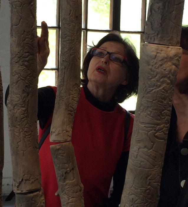Keraamikko Karin Widnäs löysi lähimetsästään kaarnakuoriaisen toukan syömän kuusenoksan ja otti siitä kipsimuotin. Niin syntyi puun pinnan tapaan kuvioitu keramiikkateos.