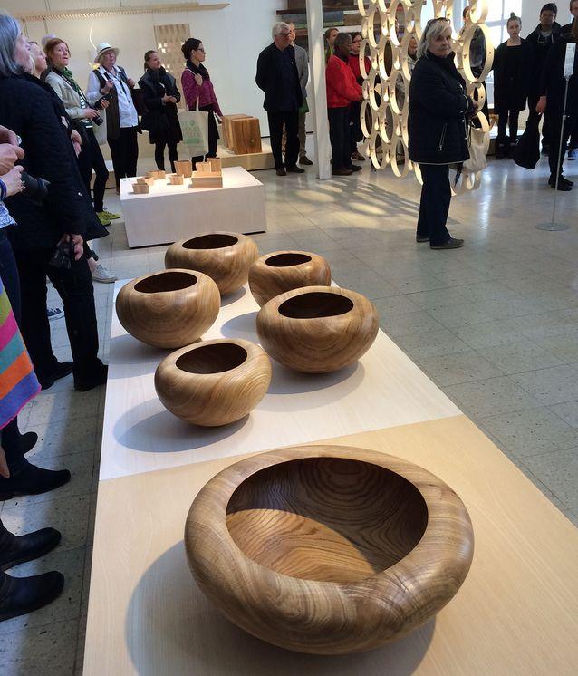 Näyttelyn tiedotustilaisuus järjestettiin torstaina. Etualalla puuseppämestari Matti Söderkultalahden sorvaamia kulhoja.