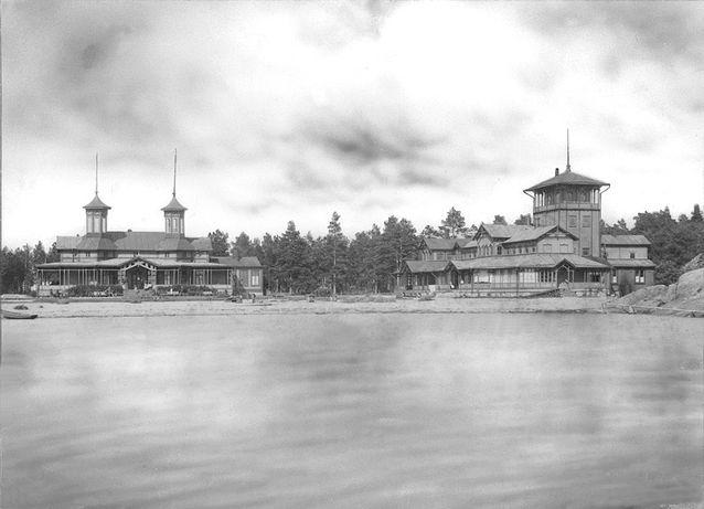 Kasino ja Kylpylä mereltä päin nähtynä 1800-1900-lukujen vaihteessa. Vasemalla Casinorakennus.  Rakennuksen suunnitteli Ferdinard von Christerson ja se valmistui vuonna 1879. Rakennusta on sittemmin laajenettu ja muokattu useitten arkkitehtien  mm. Bruno Granholmin ja Waldemar Aspelinin piirustusten mukaan. Oikeanpuoleisen kylpylaitoksen alkuperäiset piirustukset teki hankolainen tohtori E.O. Stenbäck.  Kylpylärakennusta on myös laajennettu useaan otteeseen mm. toisen tohtorin  E.A Holmenin ja arkkitehti Waldemar Aspelinin suunnitelmien mukaan. Kuva Hangon Museon kuvakokoelmat.