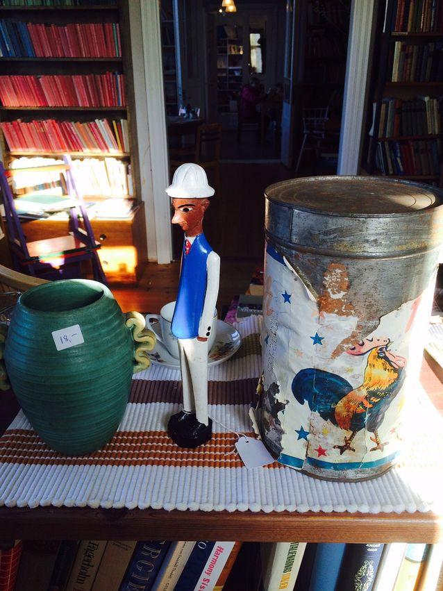 Kaunis art decoa henkivä ruukku, merimiehen Kap Verden matkaltaan tuoma muistoesine ja vanha Fazerin purkki saavat mielikuvituksen laukkaamaan