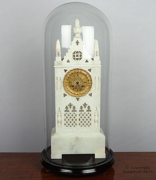 Pöytäkello on kuin miniatyyrinen goottilainen katedraali. Saksa 1840-luku, 1 620 e, Longitudi.