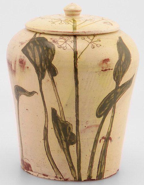Gerda Thesleff, kannellinen ruukku, korkeus 20 cm, signeerattu, lähtöhinta 1 200 e, Huutokauppakamari Annmari's.