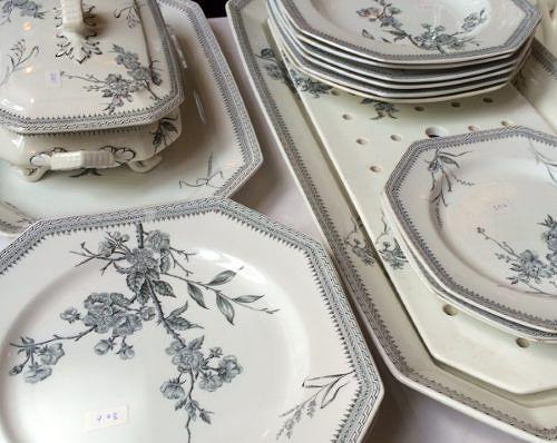 Arabian XE-mallin astiasto 1900-luvun alusta, lautaset koon mukaan 20-30 e / kpl, keittokulho 100 e.
