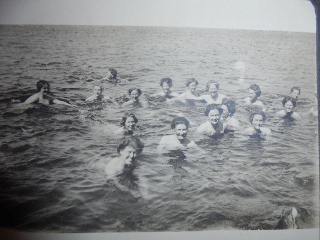 Vuoden 1914 Tukholman Olympialaisiin osallistuneet naisvoimistelijat uimassa. Kuva yksityisalbumi