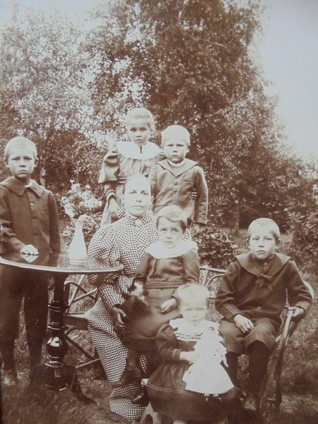 Raja yksityisen kodin ja julkisen elämän välillä oli sukupuolisidonnainen. Paljon puhuvaa kuvaa ajasta kertoo se, ettei isä töiltään ennättänyt tähän 1890-luvulla kuvattuun perhepotrettiin vaikka valokuvaajakin oli hankittu. Ehkä siksi niin tympeät ilmeet? Kuvassa papin rouva Elin Kjäldström (os.von Rehausen) lapsineen.