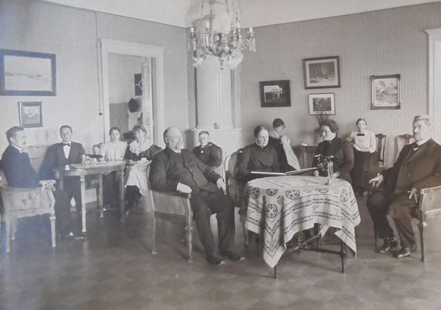 Virallista pappilaidylliä parhaimmillaan: tuomiorovasti Hannula sekä Kjäldströmit perheineen Porvoossa 1900-luvun alussa.