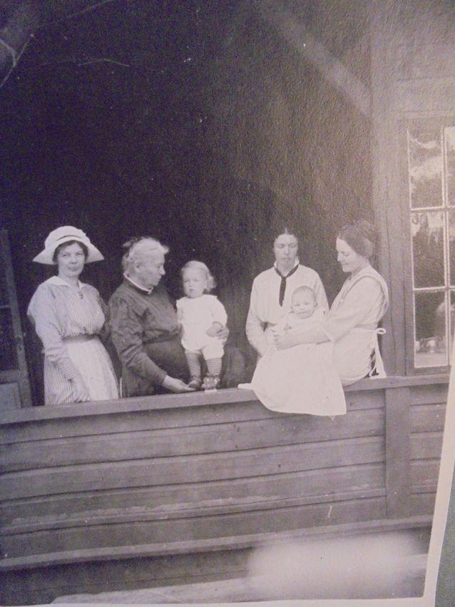 Malmgårdin kartanossa Helsingissä 1910-luvulla. Kuvassa Jernström, Borodkin ja Kjäldström-sukujen jäseniä.