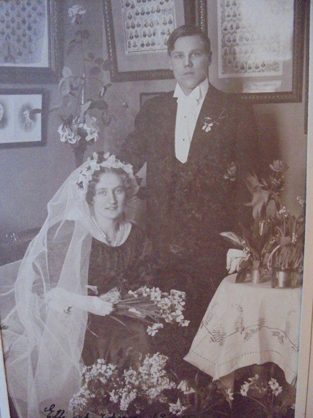 """Aatelisille esi-isien muotokuvat ja myöhemmin valokuvat sukualbumeissa legitimoivat heidän asemaansa. Tässäkään kuvassa ei ole sattuma, että hääpari """"Etti & Johnny"""" kuvattiin esi-isien kuvien yhteydessä."""