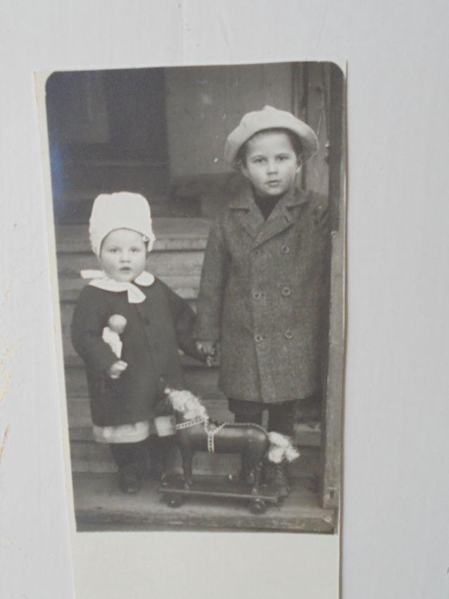 Lars-Josef Kjäldström (1915-1994) sisarensa kanssa kolmevuotiaana, jolloin hän peri kellon isältään Martinilta. Isä sai surmansa sisällissodassa vuonna 1918. Lars-Josef ei koskaan avioitunut ja tämän kuoltua vuonna 1994, kellon peri hänen serkkunsa, seuraavaa polvea edustava isäni.