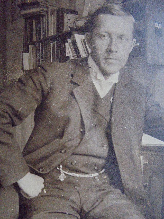 Seuraavaksi kellon peri Pehrin sisarenpoika ja kummilapsi Martin Kjäldström. Martin Kjäldström (1888-1918). Hänen aikansa kellon haltijana jäi lyhyeksi.