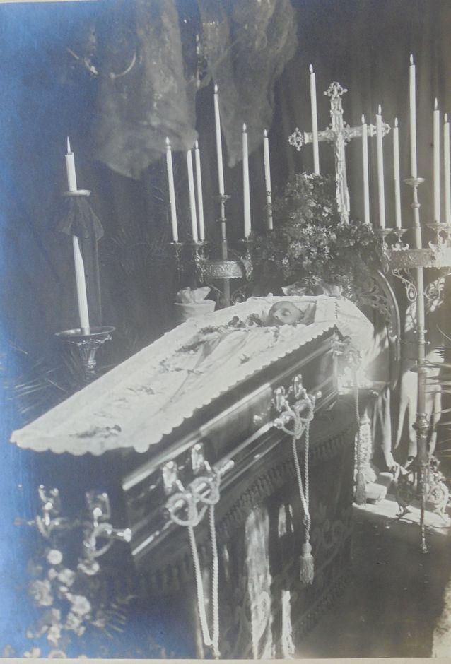 On ollut tapana, että ryhmäkuviin on piirretty pieni risti henkilön pään yläpuolelle merkkaamaan, että hän on kuollut. Hurjimmat kuvat albumeissa ovat kuitenkin kuvat kuolleista, lapsistakin. Niiden katsominen tuntuu nykyihmisestä jotenkin sopimattomalta. Niiden tarkoitus oli kuitenkin toimia surutyön apuna, muistamisen ja kunnioittamisen välineenä. Kuvassa suvun jäsen Per von Rehausen, hautajaiset Buenos Airesissa vuonna 1912.