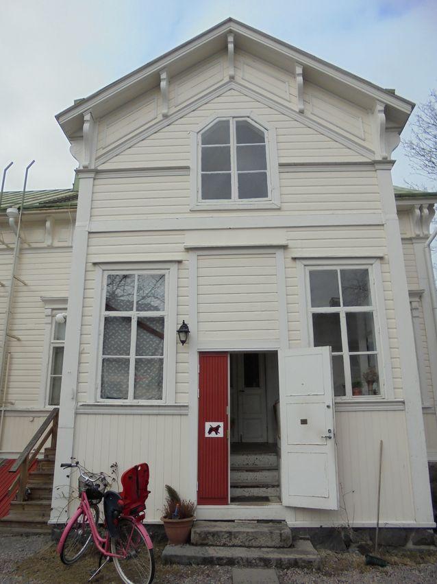 Talo on valmistunut vuonna 1889 ja sen on suunnitellut Paul Adolf Wiljam Lindroos kansakoulun opettaja Gustav A. Nystenille. Taloa kaavailtiin 1970-luvulla myös kaupunginjohtajan asunnoksi, mutta onneksemme se on nyt kaikkien hankolaisten käytettävissä.