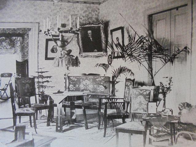 Kahvilan asiakas toi tämän kuvan kahvilaan kertoen, että toinen hänen isovanhemmistaan on aikoinaan asunut talossa. Kuva on oletettavasti 1900-luvun alkuvuosilta. Kuvasta on pääteltävissä, että rakennuksen huonejaot ovat ainakin pääosin säilyneet entisellään.