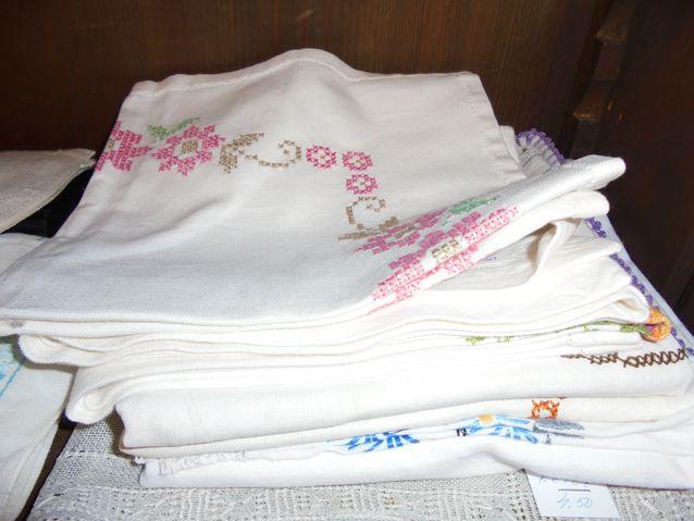 Vanhoista kankaista saattaa löytyä tummentumia, hometta. Etikkavedessä vuorokauden liottaminen saattaa viedä pahimmat hajut pois, jonka jälkeen tekstiilin voi pestä.