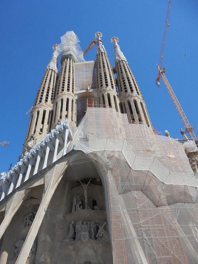 Antoni Gaudin päätyö, La Sagrada Familia, urakka, joka ei vieläkään ole valmis. Gaudi on haudattu kirkon kryptaan.