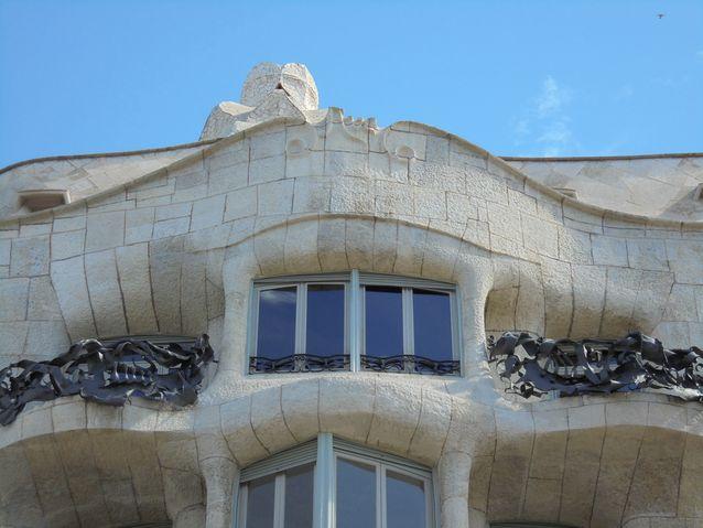 """Antoni Gaudin (1852-1926) tunnettu maamerkki Casa Mila """"La Perdera"""", jossa Gaudi toteutti kaikki uskaliaimmat ideansa: aaltoileva julkisivu, villit takorautaparvekket ja kaiken huippuna abstrakteja veistoksia muistuttavat savupiiput."""