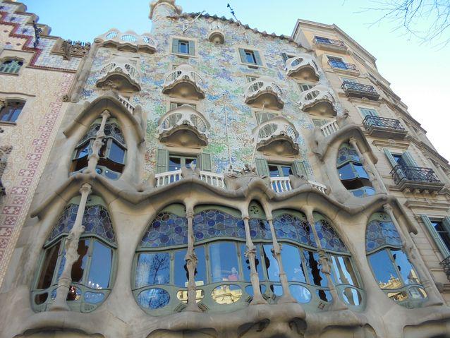"""Kuvan rakennus on rakennettu 1864. Francesca Morera halusi modernisoida rakennuksen """"uuteen tyyliin""""ja palkkasi työhön iarkkitehti Lluís Domènech i Montanerin vuonna 1902. Rakennus oli perheen hulppea yksityiskoti, mutta toimii nykyään museona."""