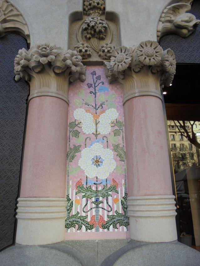 Lluis Bru ja Mario Margalio ovat suunnitelleet Casa Lleó Moreran upeat mosaiikkityöt. Monien koristeiden aiheena on mulperipuu, joka on viittaus perheen sukunimeen Morera.