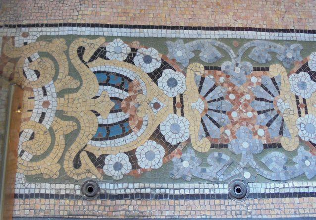 Taidokkaat mosaiikkisommitelmat ovat tyypillistä Art Nouveauta, yksityiskohta Casa Lleó Moreran lattiasta.