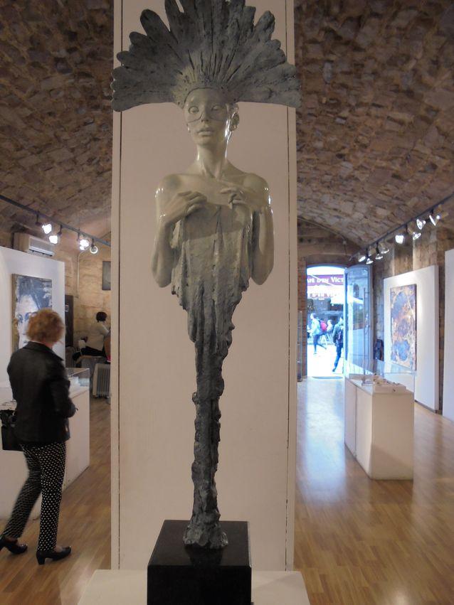 Art Nouveaun henkeä löytyy myös nykytaiteilijoiden töissä, tässä Michael James Talbotin eteerinen naishahmo, Galleria Villa del Arte, Barcelona.