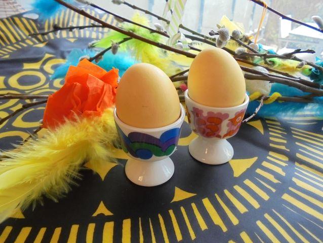 Pääsiäismuna symbolisoi ylösnousemusta. Lapsille mieluinen pääsiäisperinne on munan neppaaminen. Pääsiäismunat keitetään kivikoviksi sipulinkuorivedessä ja niitä lyödään vastakkain ringissä. Ehjin muna voittaa. Rikkoutunut munankuori symbolisoi rikottua hautaa, josta Jeesus on poistunut.