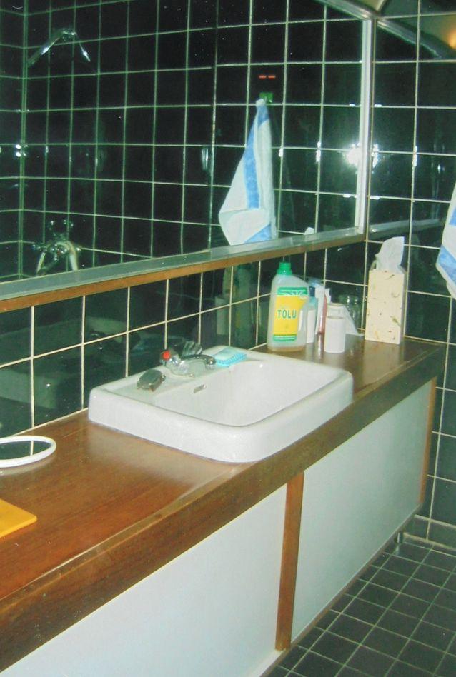 Kuva yläkerran kylpyhuoneesta ostohetkellä, se oli alkuperäiskuntoinen, itseasiassa varsin tyylikäs. Vanhat kylpyhuoneet ja sähkö on oma lukunsa, mitään vikavirtarasioita ei tuolloin ollut. Onneksi yläkerran kylpyhuone oli sentään turvallinen: siellä ei ollut  pistorasiaa lainkaan,  partahan ajettiin tuolloin käsin ja hiukset föönattiin makuuhuoneessa kampauspöydän äärellä. Remontoitaessa olisin halunnut säästää mahdollisimman paljon,  myös vanhat hanat, mutta lopulta päädyimme lapsiystävälliseen ja turvalliseen päältä nostettavaan hanamalliin