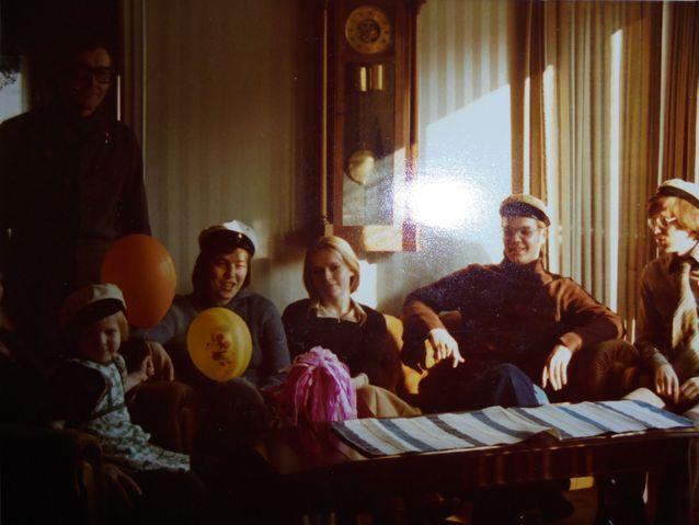 Vapunviettoa perheessäni 1970-luvun lopussa Mäntytiellä, Helsingissä. Uskomus siitä, että mikäli lakkia pitää päässään ennen kuin on virallisesti ylioppilas on osoittautunut vääräksi. Olen kuvan pikkutyttö.
