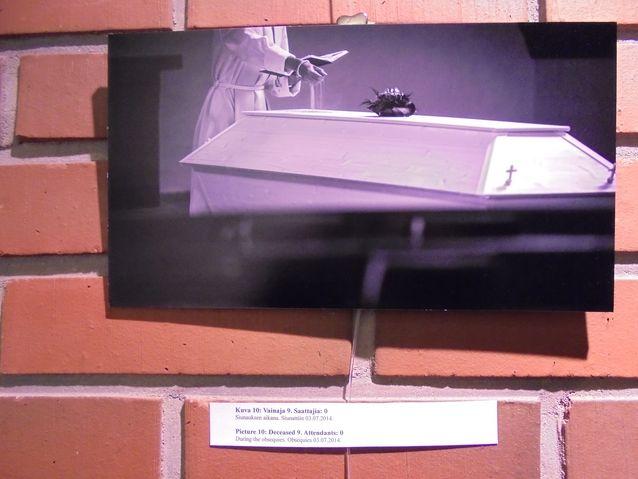 Näyttely koostuu 14 erillisen vainajan viimeisestä matkasta.