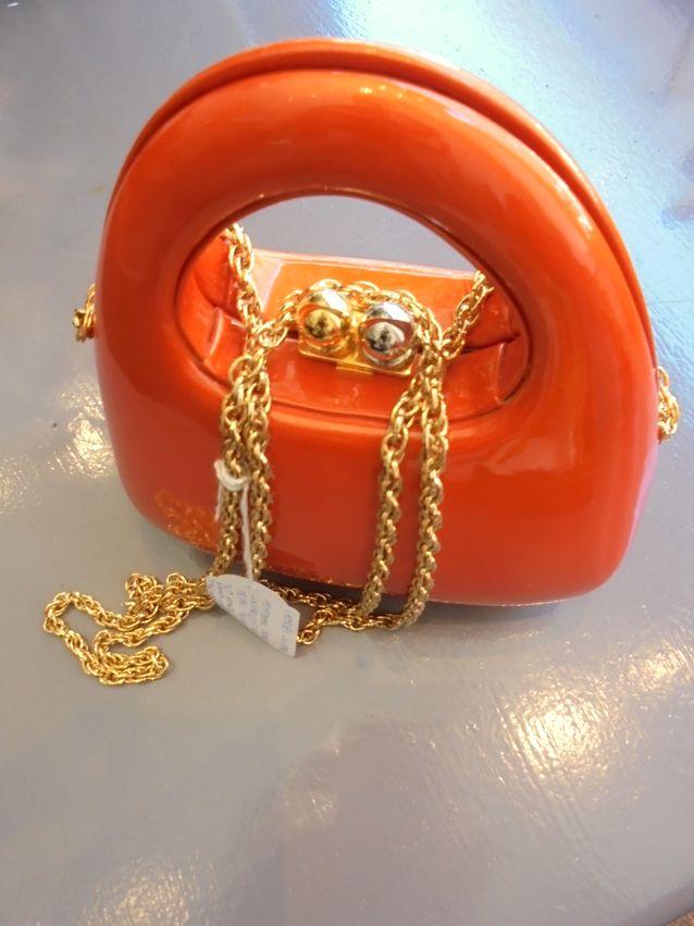 Charles Jourdanin metallisin yksityiskohdin koristeltu muovinen herkullisen oranssi käsilaukku., jossa hauska top handle-kahva.