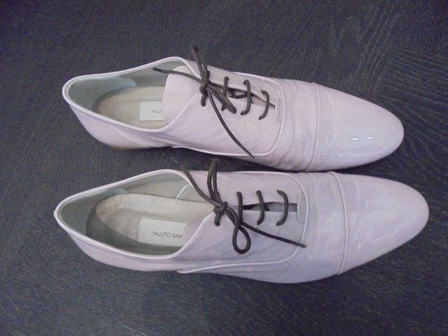 Muodikkaalle miehelle vaaleanpunaiset kengät