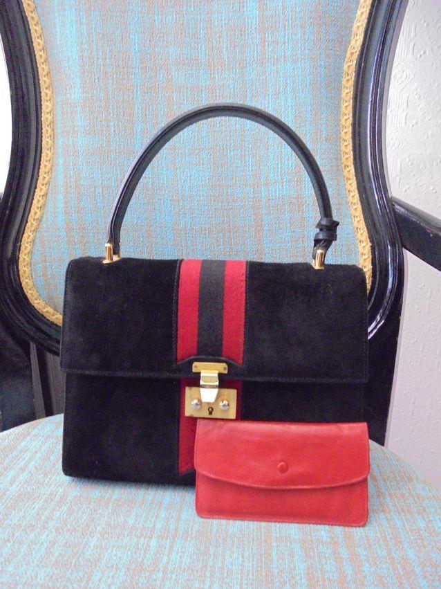 Guccin käsilaukku luultavimmin 1960-luvulta ja siihen kuuluva pieni kukkaro