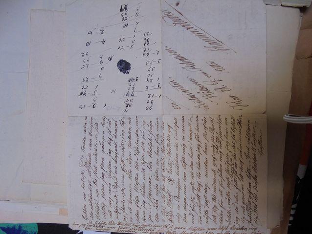 Kaikki paperi käytettiin tarkoin. Kirjeenkirjoittaja on täyttänyt marginaalitkin ja vastaanottaja on tyhjäksi jääneelle sivulle  raapustanut laskutoimituksia.