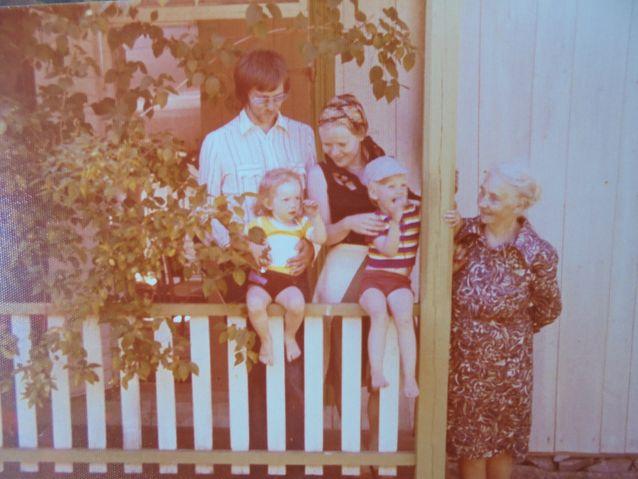 Pääsisäänkäynnin edessä vanhempani, Helena-täti sekä minä vuotta vanhemman pikkuserkkuni kanssa. 1970-luvulla rakennus oli valkoinen, se muuttui sittemmin keltaiseksi.