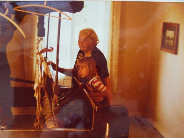 Helena-tädillä oli yhdessä huoneessa kangaspuut, joilla hän oli valmistanut kaikki huvilan räsymatot. Taito ei ole valitettavasti siirtynyt minulle.