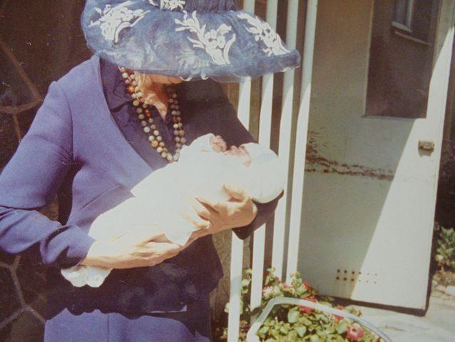 Harvoja yhteiskuvia minusta ja isoäidistäni.
