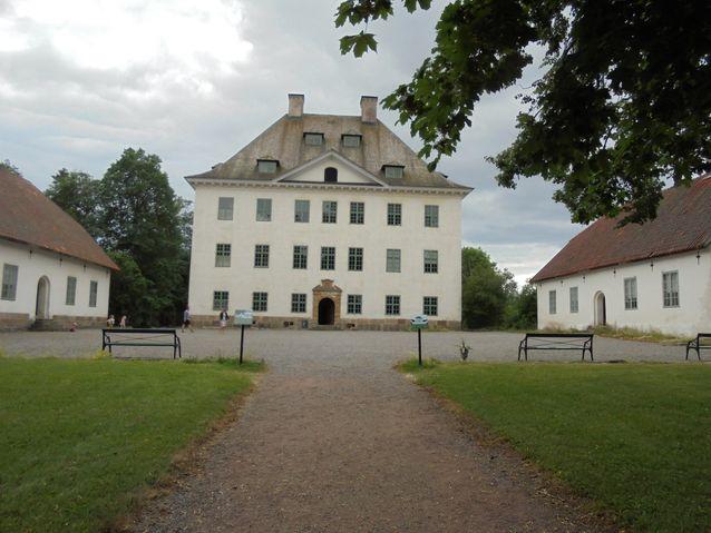 Linnan tilusten historia ajoittuu jo 1400-luvulle. Nykyisen päärakennuksen  ja sivurakennukset rakennutti Herman Claesson Fleming af Liebelitz (1619-1673)