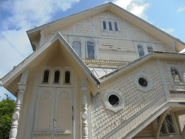 Villa Thalatta tarkoitta kreikankielellä merta. Huvilan on suunnitellut arkkitehti Bruno F. Granholm vuosina 1893-94. Huvilan kivijalassa on aikoinaan ollut salainen viinivarasto. Mikä on tarina sen takana, selviää kylpyläpuistokierroksella.