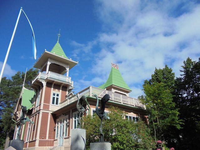 """Huviloiden nimet eivät ole kiveen kirjoitettu, vaan omistajien muutokset näkyvät myös Villojen fasadeissa. Alunperin pietarilaisen apteekkarin rouva Sophian mukaan nimetty """"Villa Schloss"""" muuttui """"Villa Tornbergiksi"""" siirtyessään kapteeni J.Tornbergin suvulle. Huvila tunnetaan myös """"Serlachiuksen huvilana"""" ja nykyisin se on nimetty """"Villa Tita-Mariaksi"""". Upea rakennuksen on suunnitellut rakennusmestari K. Nyman ja valmistanut Hangö Ångsåg & Snickeri. Kurjet pihalla on suunnitellut Jussi Mäntynen noin 1920-luvulla."""