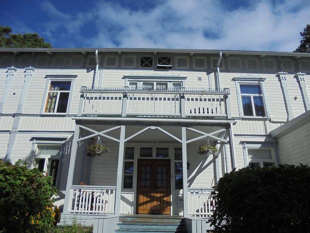 Villa Doriksen rakennutti  1881 Carl Korsman, joka toimi myös kylpylälaitoksen johtajana. Se toimi alkujaan kylpylävieraiden majoitusrakennuksena ja myöhemmin pitkään täyshoitolana.  Simpukoista tehty kuja johti aikoinaan Villa Doriksen ovelta rannalle.