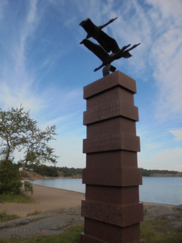 Hangon rannalta löytyy muistomerkki siirtolaisiksi lähteneille. Teoksessa lukee, että se on pystytetty Suomen Suuren Siirtolaisuuden 1880-1930  muistoksi. Se on pystytetty vuonna 1967, jolloin oli vallalla  toinen suuri Suomesta Ruotsiin suuntautunut siirtolaisuusaalto. Teoksen on tehnyt Mauno Oittinen.