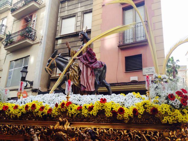 Vietin Palmusunnuntain katolisen tyttäreni kanssa Barcelonassa. Kadultamme lähti upea pääsiäiskulkue hevossaattueineen, torvisoittokuntineen ja pienine kaapupukuisine lapsineen. Kaikilla kulkuetta seuranneilla ihmisillä oli kädessään palmunlehtiä.