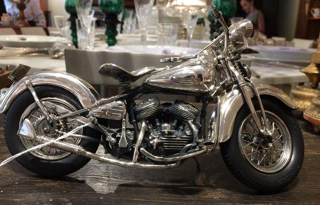 Pienoismalli Darley Davidson -moottoripyörästä, hopea, Cartier, 2000-luku, pituus 24,5 cm, hinta 6 350 e, Antiikkiliike R. Muuri.
