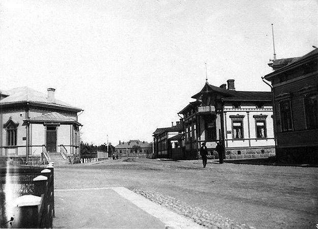 Herrasmiehet talon edessä, Ratakadun ja Tarhakadun kulmauksessa. Kuva Hangon museon kuvakokoelmat