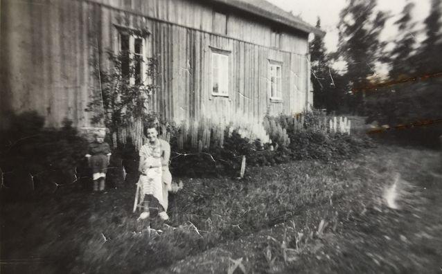 """Kuvan takana lukee ainoastaan """"Lehtoranta ennen maalaamista."""" Rakennus toimi osuuskauppana vuosina 1929-52. Kuva on mahdollisesti otettu ajalta ennen sitä, talo on maalattu todennäköisesti samassa yhteydessä kuin siihen rakennettiin ns. jukkinen sisäänkäynti asiakkaita varten,  Rakennuksen etualalla, jossa henkilöt istuvat, sijaitsi myöhemmin mansikkamaa."""