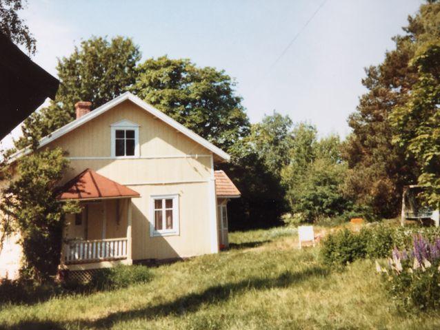 Lehtoranta 1980-luvulla keltaiseksi maalattuna. Yli 80-vuotias Helena-täti ei ole enää jaksanut hoitaa puutarhaa.
