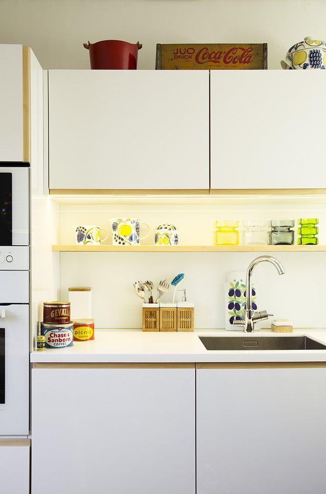 Keittiöön halusin 1950-60-luvun henkeä. Teetimme keittiön puusepällä piirustusteni mukaan. Avohyllylle saan kaiken kauniin esille. Kuva: Kristiina Hemminki