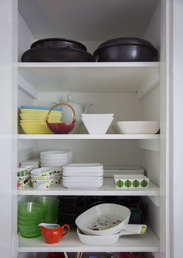  Keittiön vanha siivouskaappi muutettiin hyllyillä astiakaapiksi, näin sain lisätilaa kuppi-ja kippokokoelmalleni. Kuva: Kristiina Hemminki